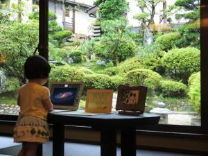 フロントにて娘とMacBookAir